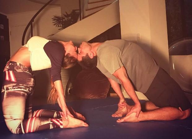 Sabrina Sato mostra elasticidade ao praticar ioga com Duda Nagle