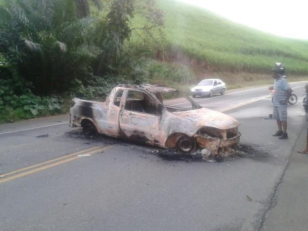 Carro queimado foi atravessado em uma das vias de acesso a Sirinhaém (Foto: Danilo Cesar/ TV Globo)