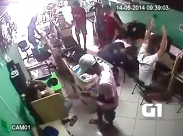 Trio leva arma de PM durante assalto a lan house na Grande Natal; veja vídeo  (Foto: Divulgação/Polícia Militar do RN)