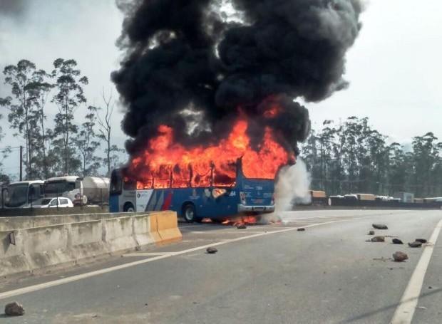 Manifestantes atearam fogo em ônibus durante protesto (Foto: Arquivo Pessoal)