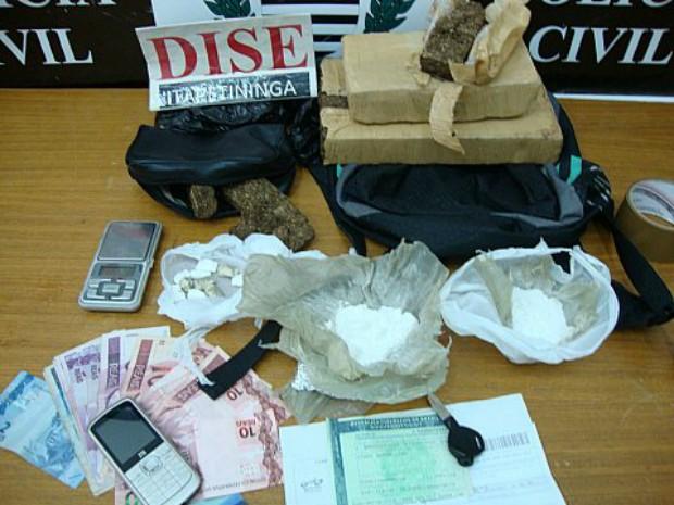 Durante buscas, investigadores apreenderam mais de dois quilos de droga (Foto: Divulgação / Dise Itapetininga)