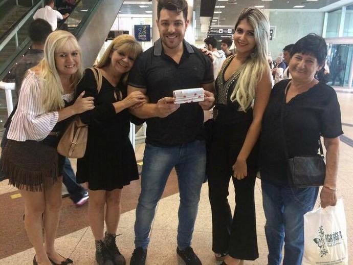 Cézar registrou o momento com a família de Márcia, no aeroporto (Foto: arquivo pessoal)