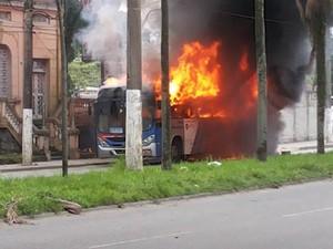 Ônibus pegando fogo em Cubatão, SP (Foto: Nivaldo Tomazini/TV Tribuna)