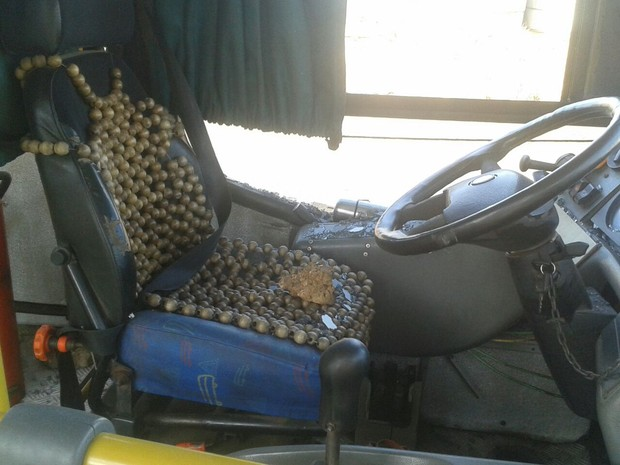 Uma das pedras atingiu o cadeira do motorista  (Foto: Gustavo Almeida/ G1)