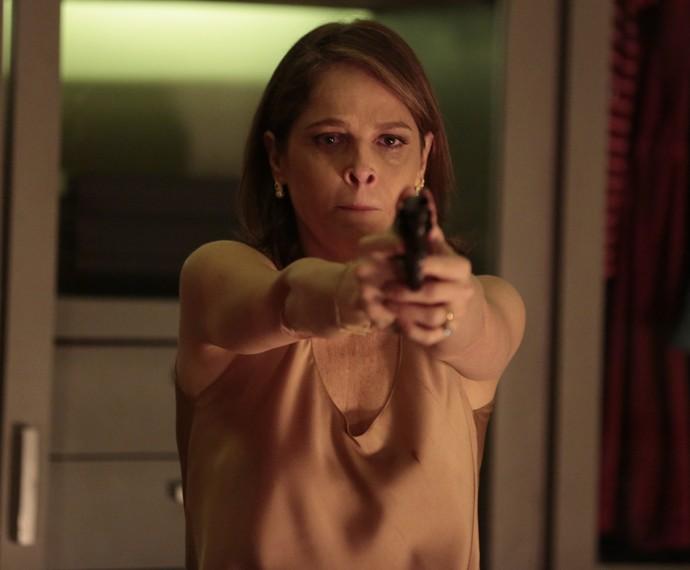 Carolina pega o revólver após brigar com Alex (Foto: Felipe Monteiro / Gshow)