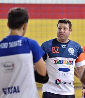 Técnico Bruno Zuchinalli conversa com jogadores antes da partida (Foto: Jonas Barbetta/ Top 10 Comunicação)