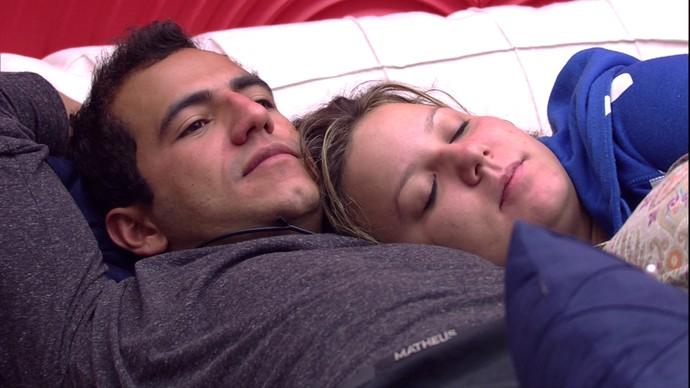 Matheus e Maria Claudia acordam agarradinhos (Foto: TV Globo)