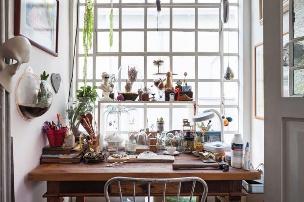 Cozinha com luz natural, teto retrátil e mesa de refeições (Foto: Lufe Gomes / Editora Globo)