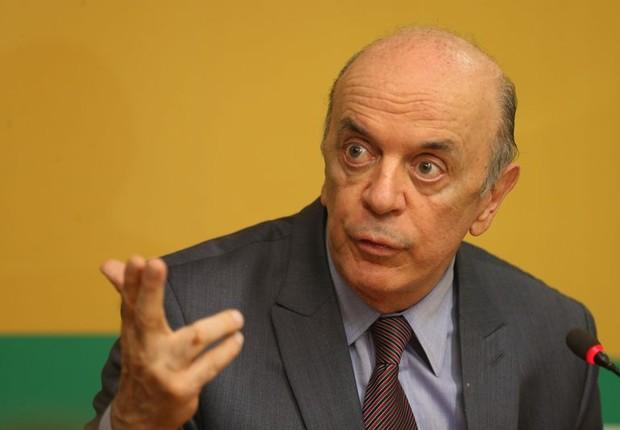 O senador José Serra (PSDB-SP) conversa com a imprensa durante reunião da Executiva Nacional do PSDB  (Foto: Fabio Rodrigues Pozzebom/Agência Brasil)