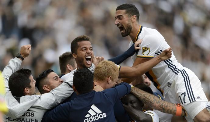 Giovani dos Santos comemora gol do Los Angeles Galaxy contra o Colorado Rapids (Foto: Reuters)