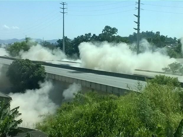 Ponte sobre o Rio Tubarão foi detonada neste domingo (16) (Foto: Carlos/RBS TV)