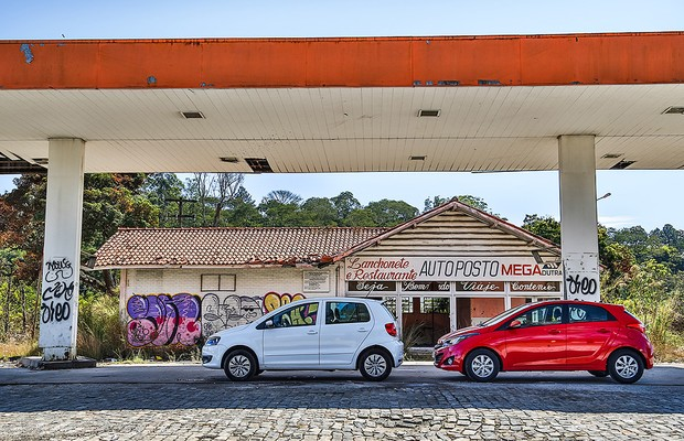 Hyundai HB20 e Volkswagen Fox se enfrentam em desafio de economia (Foto: Rafael Munhoz)