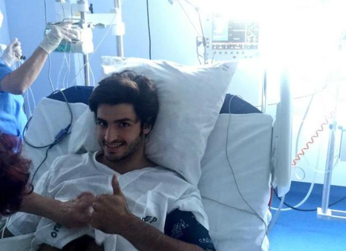 Carlos Sainz Jr. está sendo submetido a exames e passa bem após grave acidente (Foto: Reprodução / Twitter)