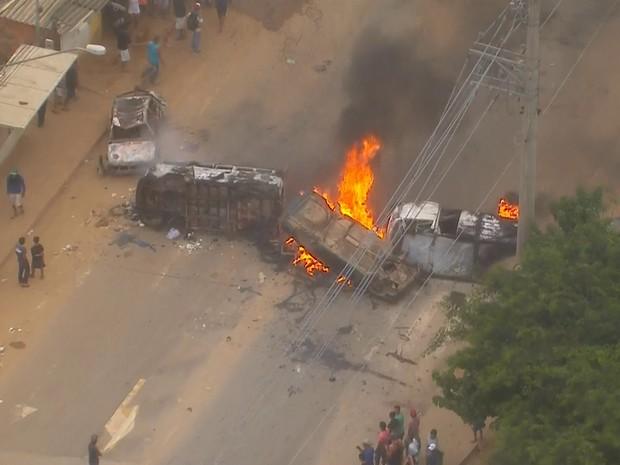 Veículos são queimados durante protesto no Jardim Iguatemi nesta quarta-feira (Foto: Reprodução/TV Globo)