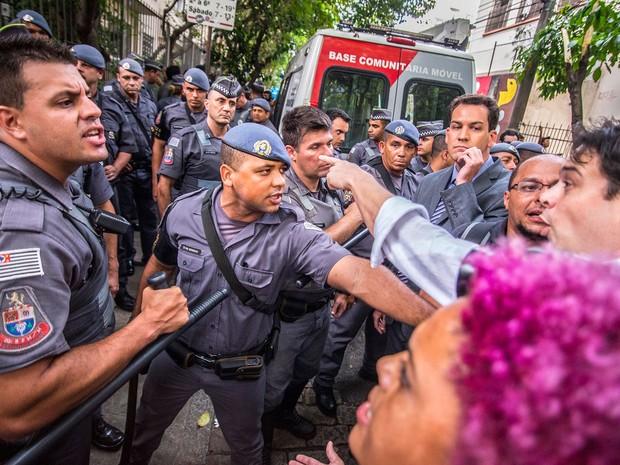 Policiais militares discutem com manifestantes em frente à Escola Estadual Fernão Dias Paes, em Pinheiros (Foto: Cris Faga/Fox Press Photo/Estadão Conteúdo)