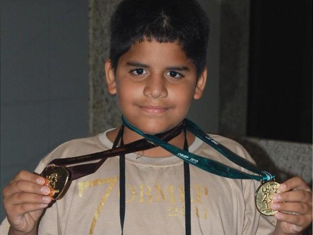 Wanderson exibe medalhas conquistadas em olimpíadas de matemática (Foto: Jonilda Ferreira/Arquivo Pessoal)
