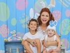 Bárbara Borges posa ruivíssima em clima de Páscoa com os filhos