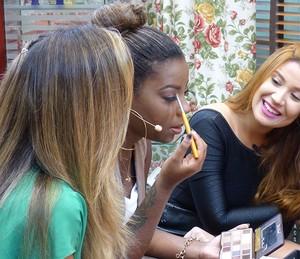 Ludmilla ensina maquiagem básica e aprende a colocar cílios com Bianca Andrade (Foto: Thaís Dias / Gshow)