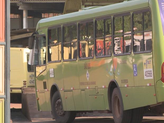 Não havia passageiros no ônibus na hora do ataque (Foto: Reprodução/TV Mirante)