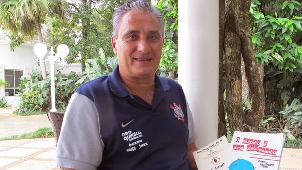 Tite lê antes do treino do Corinthians (Foto: Carlos Augusto Ferrari / GLOBOESPORTE.COM)