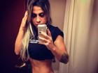 De calcinha, ex-BBB Vanessa mostra barriga sarada em selfie