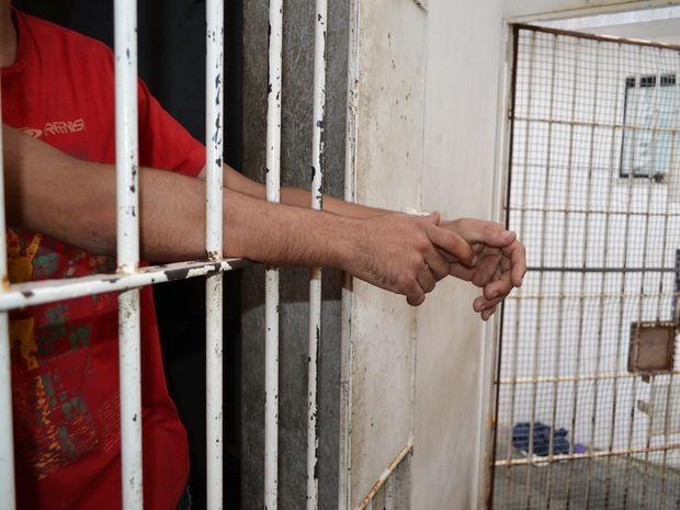 Resultado de imagem para homem preso