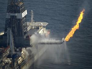 Navio ajuda a contar vazamento de petróleo no Golfo (Foto: AP)