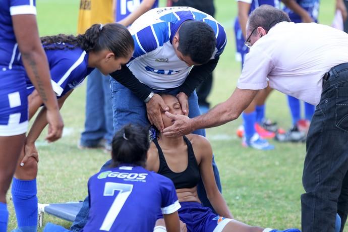 Tiradentes-PI x Viana-MA - desmaio de jogadoras (Foto: Benonias Cardoso/ALLSPORTS)