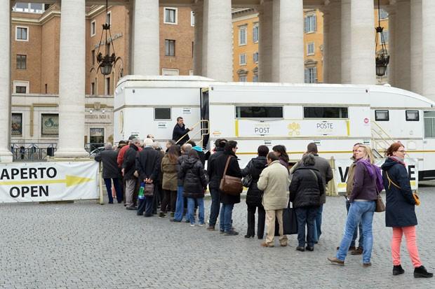 Turistas fazem fila para comprar os novos selos lançados no Vaticano (Foto: Alberto Pizzoli/AFP)