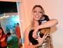 Sheila Mello posa com macaquinho de Latino em gravação de comercial