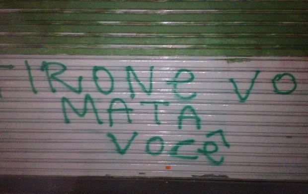Torcida do Palmeiras faz pichação com ameaça de morte a Tirone (Foto: Felipe Zito/Globoesporte.com)