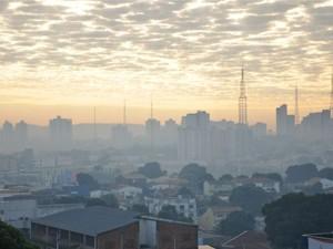 Em Cuiabá, o céu ficou encoberto de fumaça (Foto: Nathalia Lorentz/ G1)