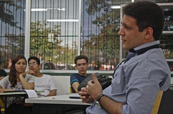 Jornalista Marcelo Magno ministra palestra à alunos de jornalismo da UFPI. (Foto: Gabriel Paulino/Divulgação)