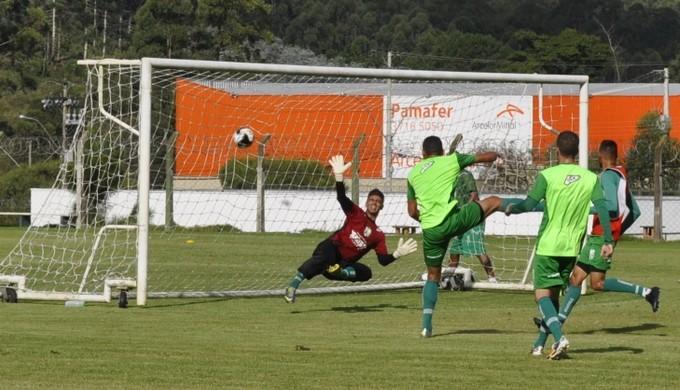 Rafamar voltou a marcar no treino e deve ser mantido na equipe principal (Foto: Régis Melo)