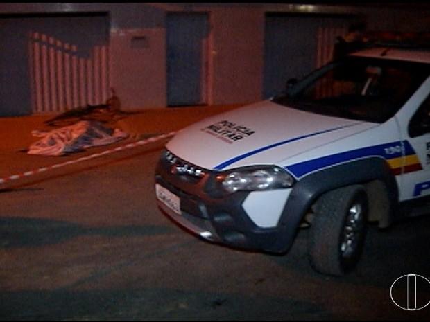 Jovem foi morto com tiros na cabeça (Foto: Inter TV/Reprodução)