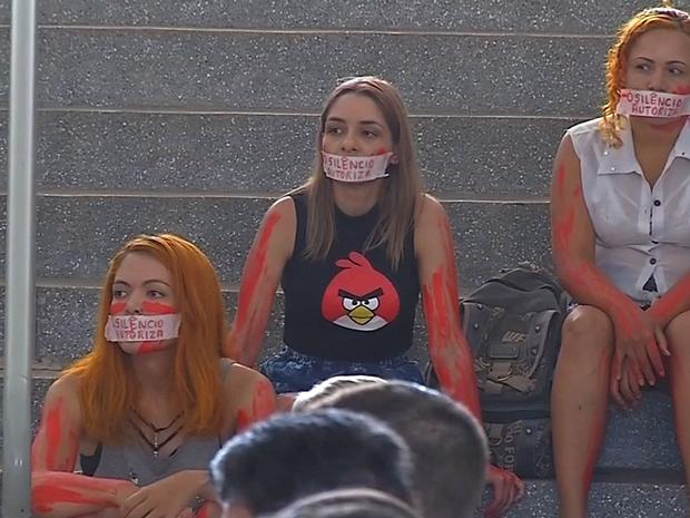 Estudantes da UFMT protestaram contra professor que filmou aluna (Foto: Reprodução/TVCA)
