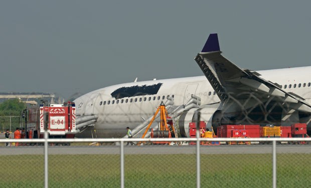 Avião acidentado seguia parado na pista nesta segunda-feira (9) em Bangcoc, na Tailândia (Foto: AFP)