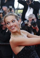 Top Petra Nemcova faz selfie no tapete vermelho do Festival de Cannes