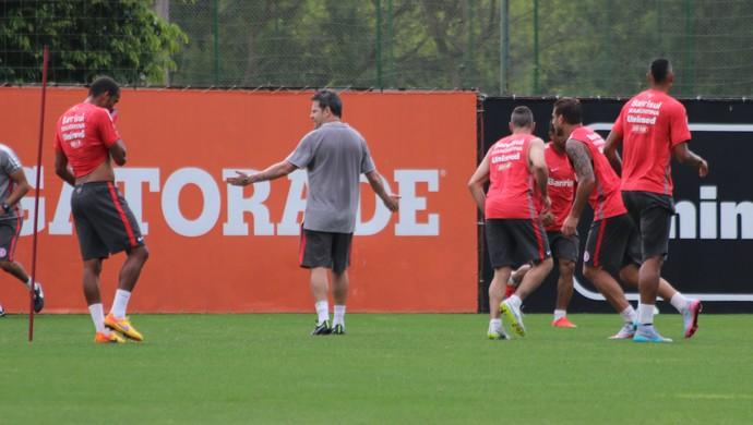 Argel promove treino de finalizações para reservas (Foto: Diego Guichard)