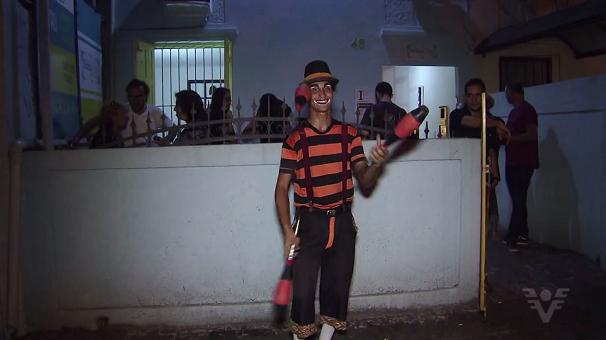 Artistas recebem o público na entrada do Casarão Santa Cruz (Foto: Reprodução/TV Tribuna)