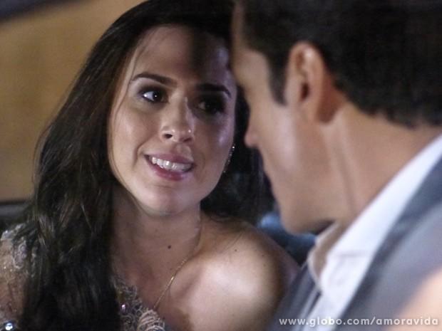 Valdirene se faz de difícil para o ricaço... (Foto: Amor à Vida / TV Globo)