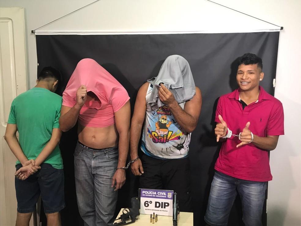 Robson (de camisa rosa, na ponta direita) fez pose para jornalistas (Foto: Patrick Marques/G1 AM)