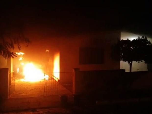 Carro pegou fogo no pátio interno da Emater, em São Vicente (Foto: PM/Divulgação)