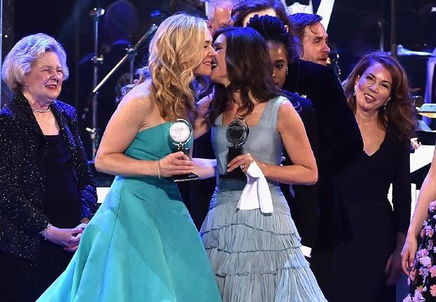 Rachel Bay Jones e Stacey Mindich comemoram prêmio de melhor musical para 'Dear Evan Hansen' (Foto: Getty Images)