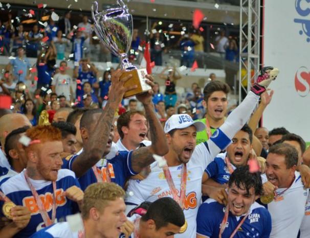 Cruzeiro comemora vitória no Campeonato Mineiro 2014. (Foto: Douglas Magno / Globoesporte.com)