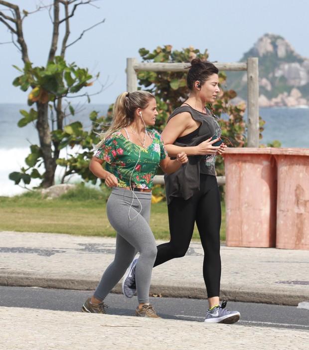 Giselle Itiê se exercita na orla carioca (Foto: Dilson Silva / AgNews)