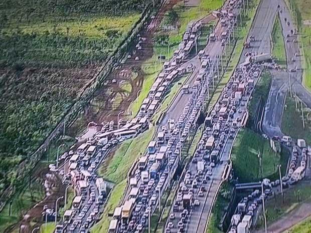 Congestionamento na BR-040 depois que um ônibus quebrou no viaduto de entrada de Santa Maria, no DF (Foto: TV Globo/Reprodução)