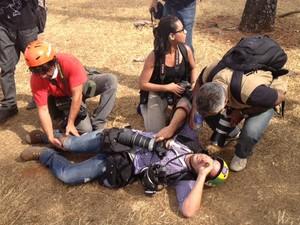 Fotógrafo da Reuters ficou ferido ao acompanhar protestos perto do Estádio Nacional de Brasília (Foto: Fabiano Costa / G1)