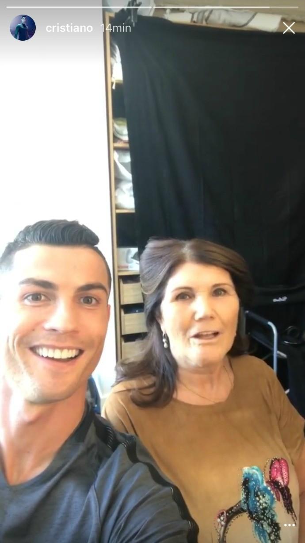 BLOG: Em clima descontraído, Cristiano Ronaldo participa de gravação ao lado da mãe
