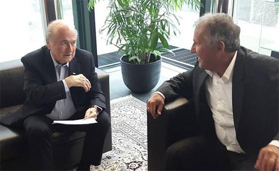 Zico entrega carta aberta a Blatter (Foto: Reprodução/ Facebook)